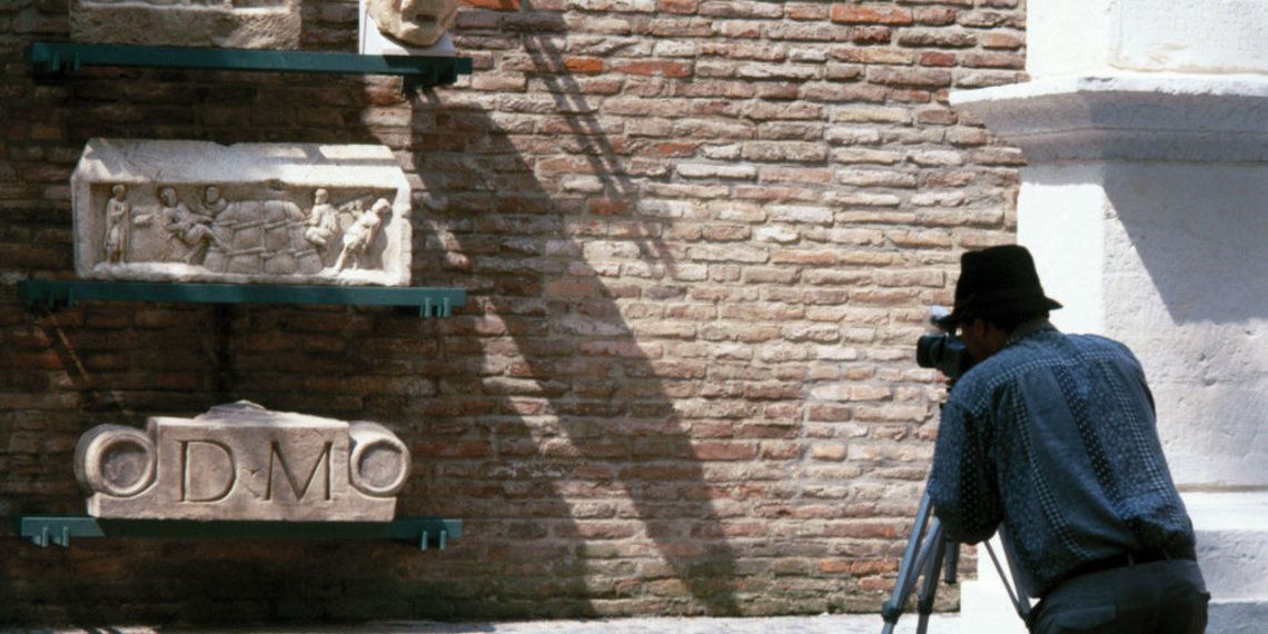Römermauer in Augsburg, archäologische Nischen, Dom, Foto Regio Augsburg