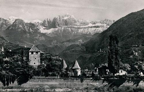 Schloss Maretsch mit Bergmassiv im Hintergrund 1940