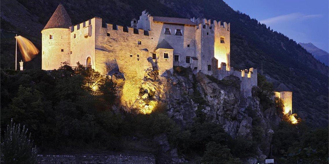 Schloss bei Nacht mit Beleuchtung