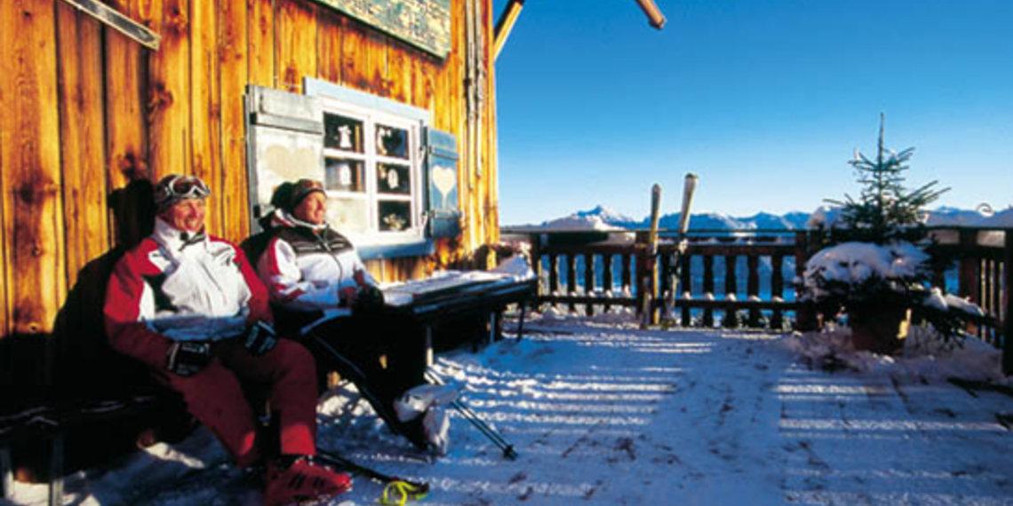 Winter Paar Vor Hütte