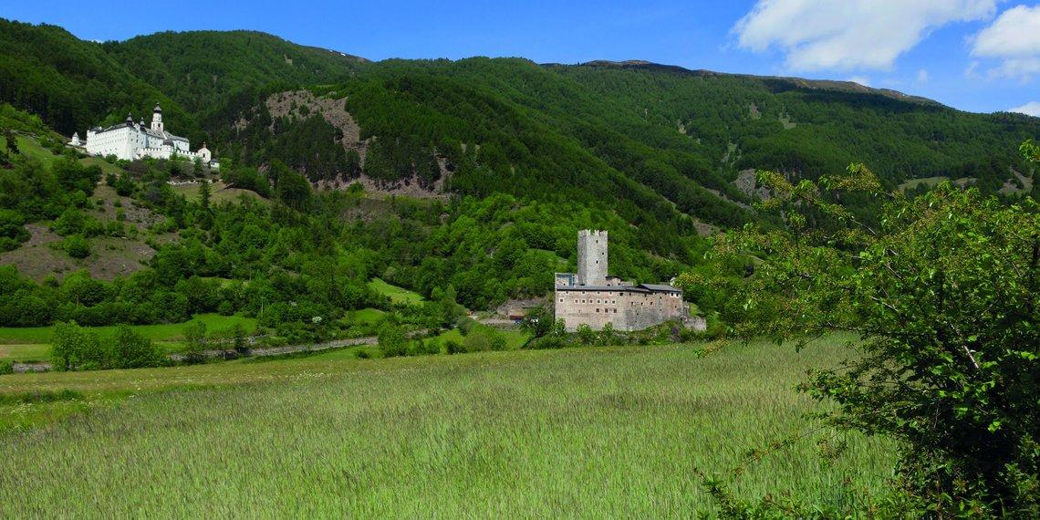 Suedtirol, Vinschgau, Mals, zwischen Mals und Burgeis, Kloster Marienberg, Fuerstenburg,