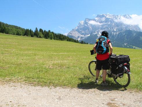 Ebikerin vor Zugspitze