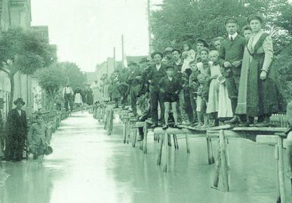 Jahrhunderthochwasser Lachhausen, Jakober Vorstadt, Laufstege, Foto Sammlung Franz Häussler