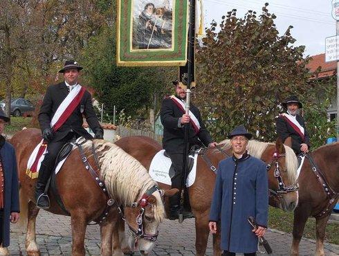 Standartenreiter und nach historischem Vorbild gekleideten Fahnenbegleiter Bruderschaft Hl Leonhard