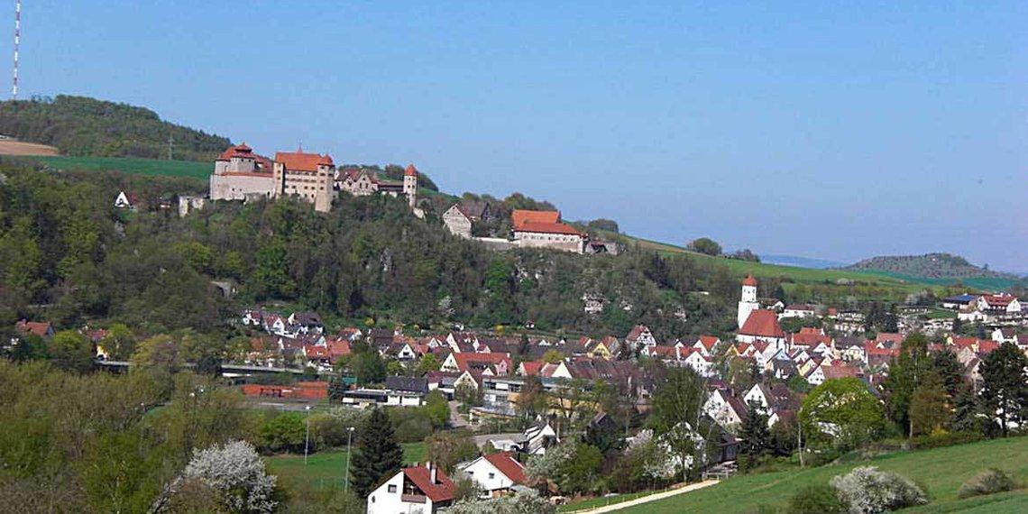 Dorf mit Burg in Huisheim, Donau Ries