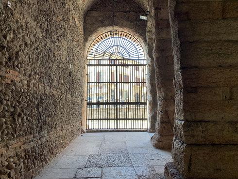 Verona Arena Blick durch Tor in die Stadt