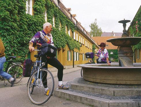 Radfahrer in der Fuggerei, Foto Regio Augsburg