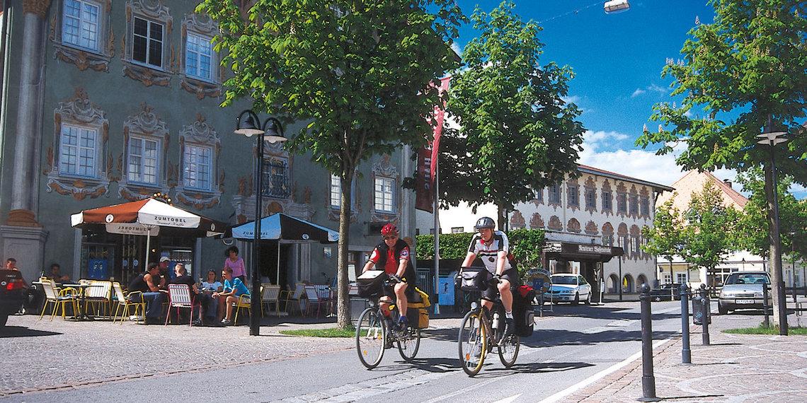Tourenradfahrer Tourenradler Vor Heimatmuseum Im Grünes Haus