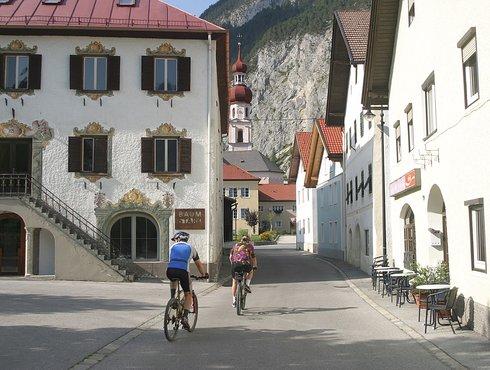 Nassereith Zentrum Kirche Radler