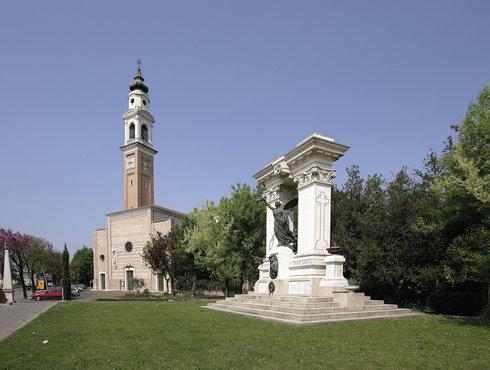 Spresiano Chiesa Di Spresiano E Monumento Ai Caduti