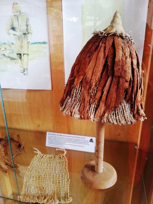 Steinzeitliche Kleidung Und Hut, Pestenacker, Gemeinde Weil, Foto Platschka